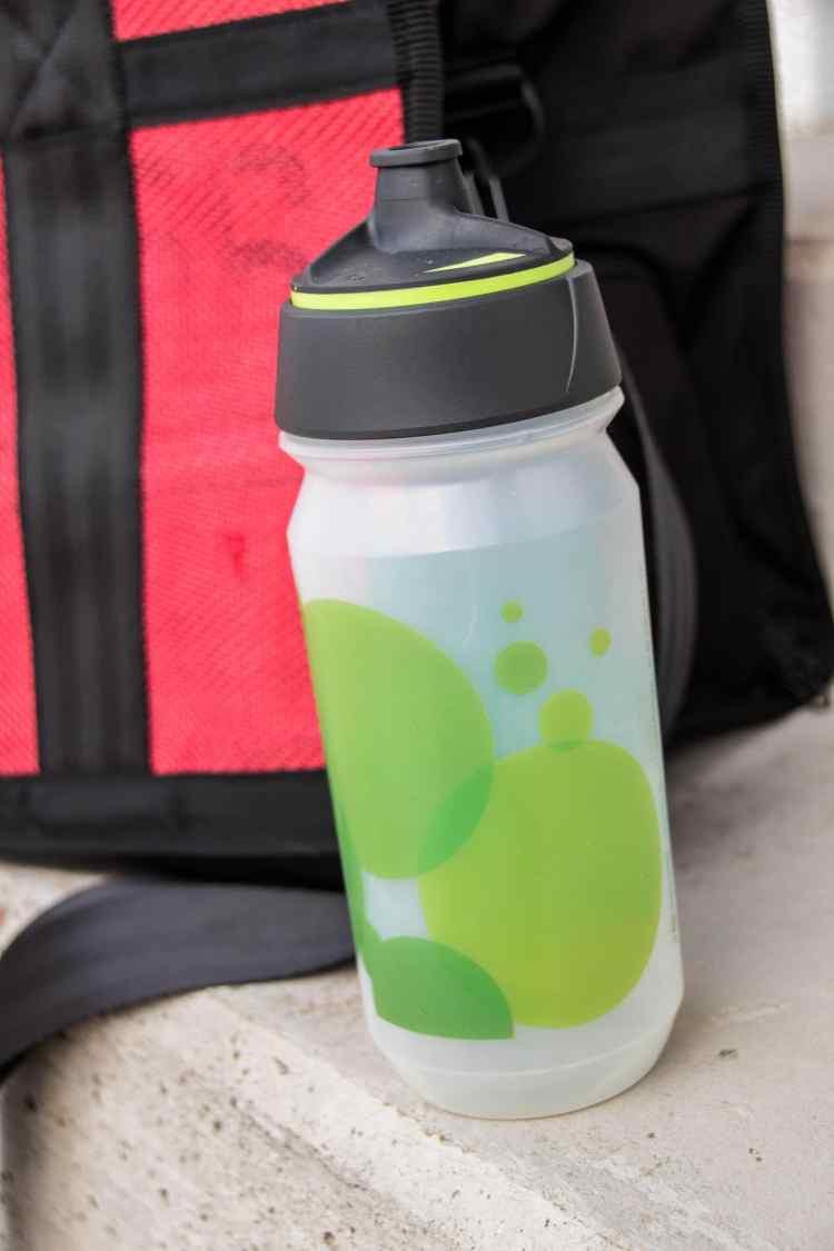 Trinkflasche in der Sporttasche fürs Fitnessstudio