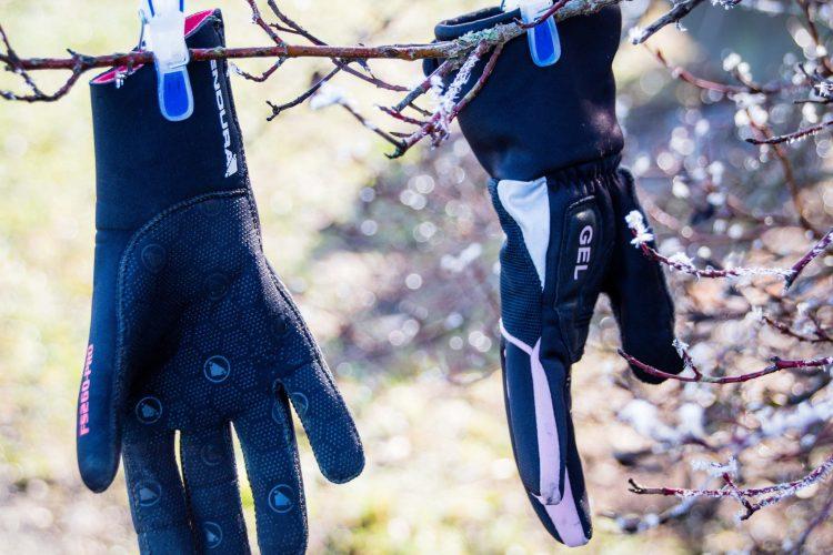Neopren Handschuhe sind super praktisch beim Radfahren im Regen.