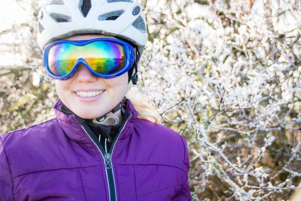 Radfahren im Winter die richtige Kopfbedeckung Helm Skibrille