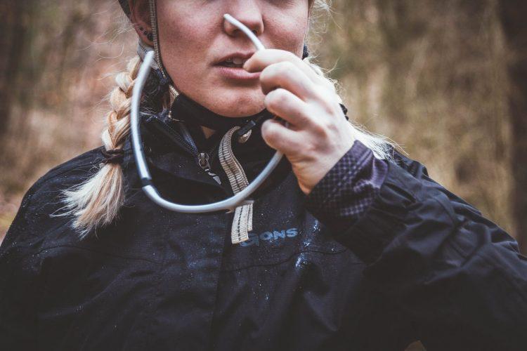 Fahrradhelm und Brille schützen den Kopf bei Radfahrten im Regen.