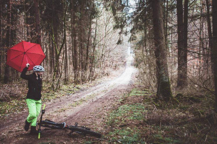 Radfahren im Regen mit der richtigen Ausrüstung bleibst du trocken und warm