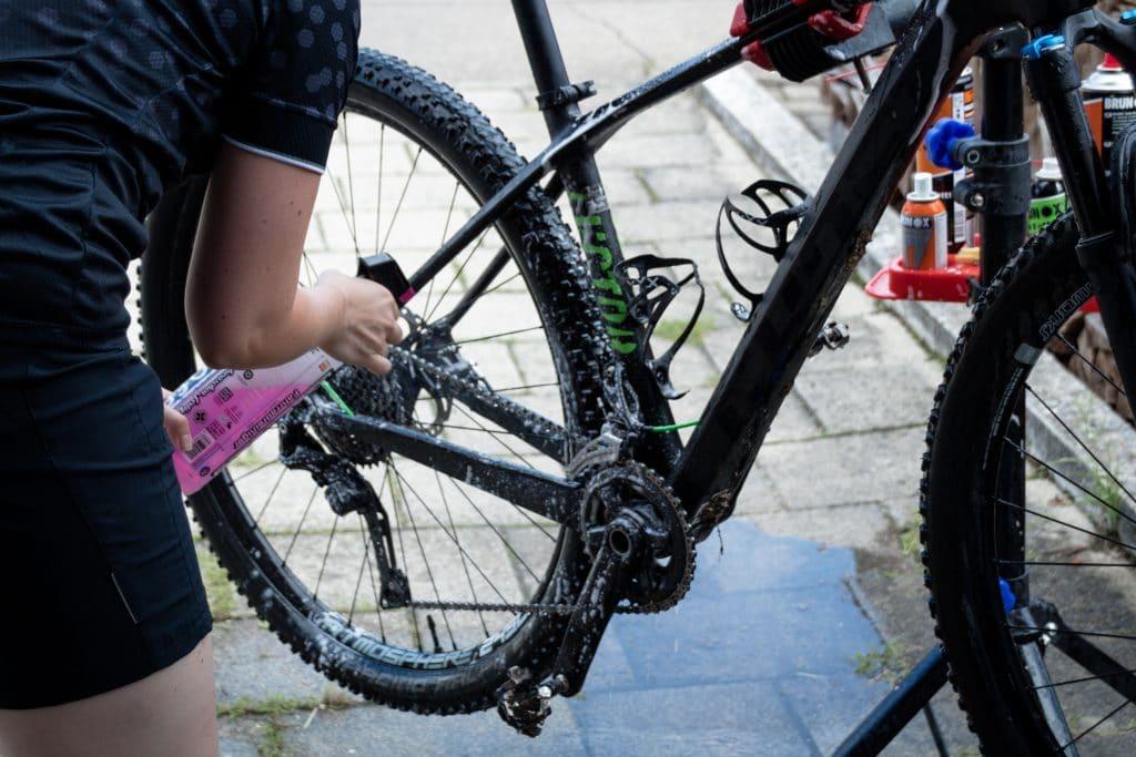 Fahrrad reinigen mit Fahrradreiniger.