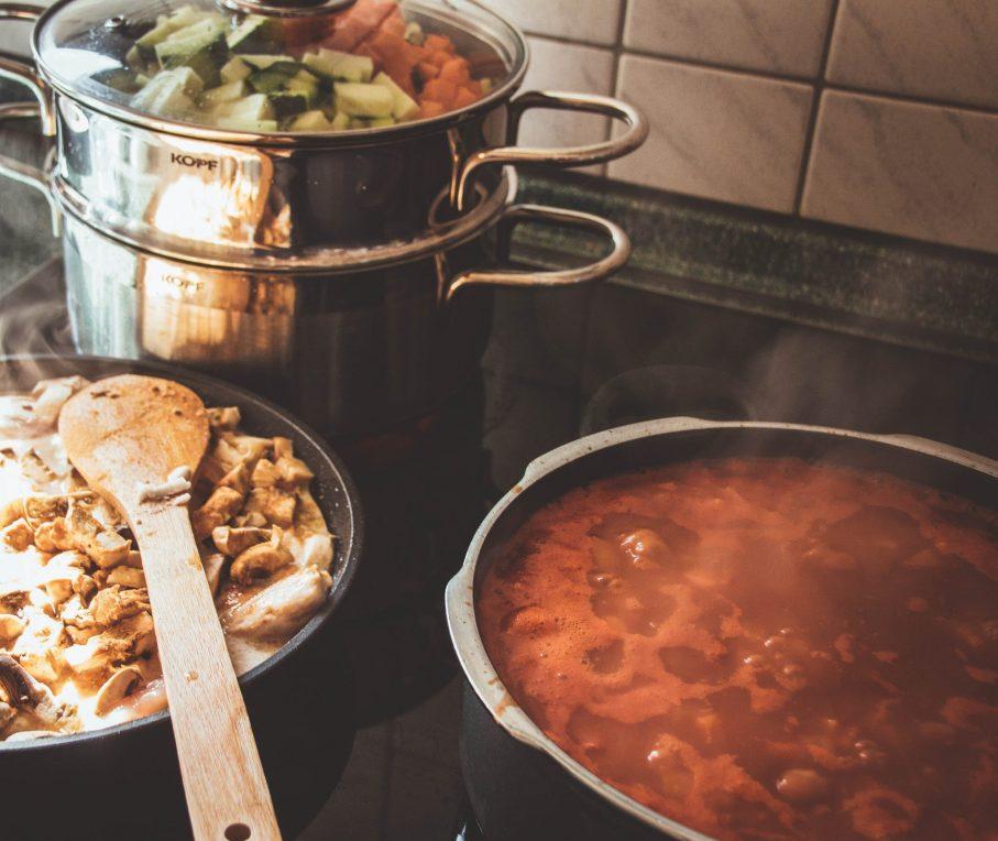 Systematisch vorkochen für gesundes Essen zum Mitnehmen. Meal Prep Tipps.
