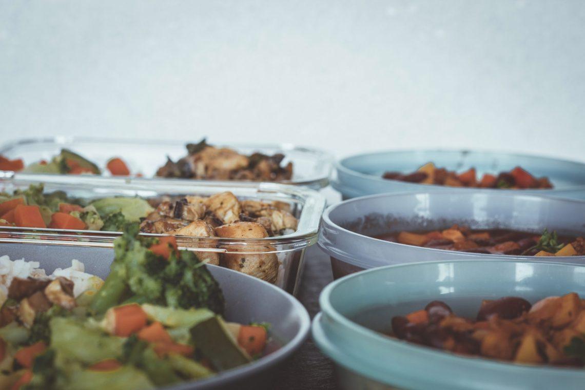 Vorkochen essen zum mitnehmen. Meal Prep gesunde Gerichte.