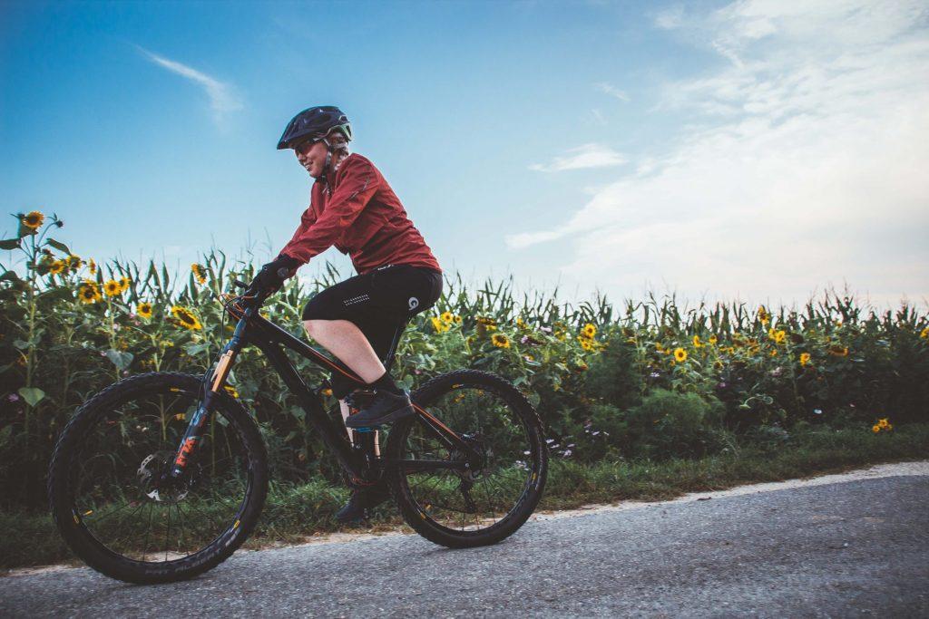 Einen Fahrradhelm zu tragen schützt und bringt Sicherheit.
