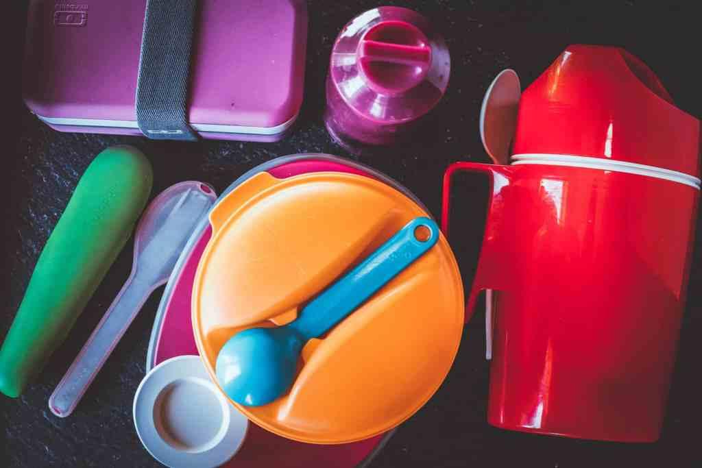 Essen für unterwegs mitnehmen mit der richtigen Ausrüstung an Lunchboxen und Besteck.