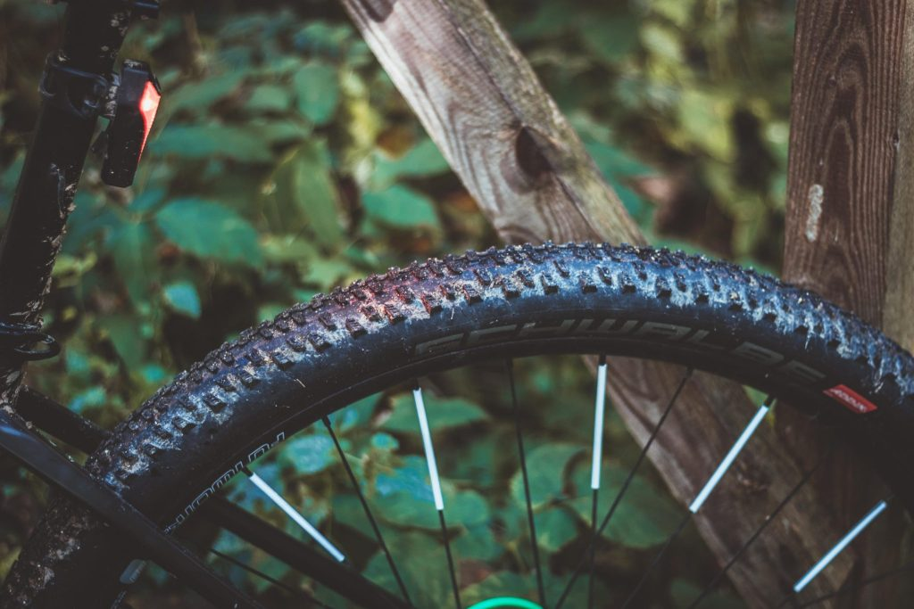 Die richtige Beleuchtung am Fahrrad sorgt für mehr Sicherheit beim Radfahren im Herbst.