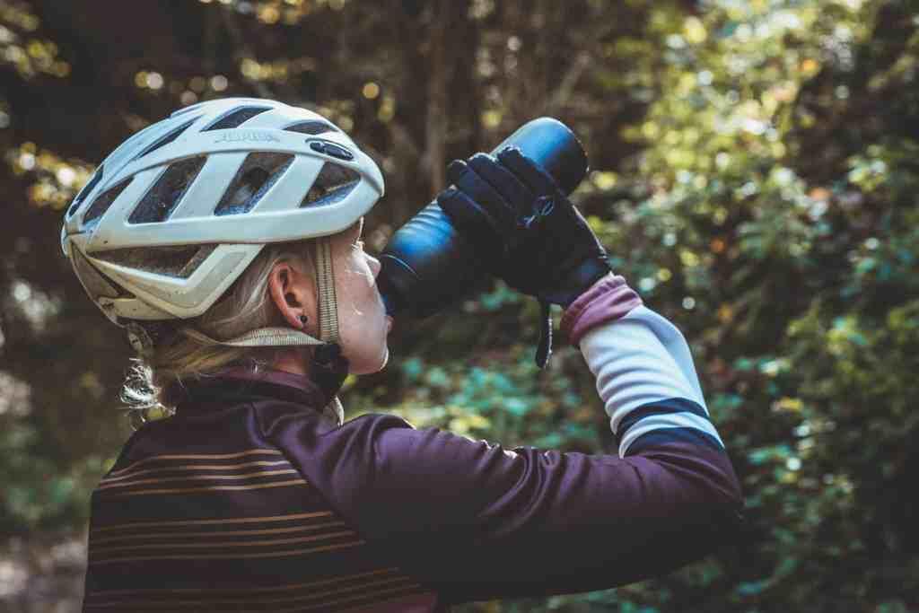 So trinkst du genug beim Radfahren. Egal ob Trinkflasche oder Trinkrucksack.