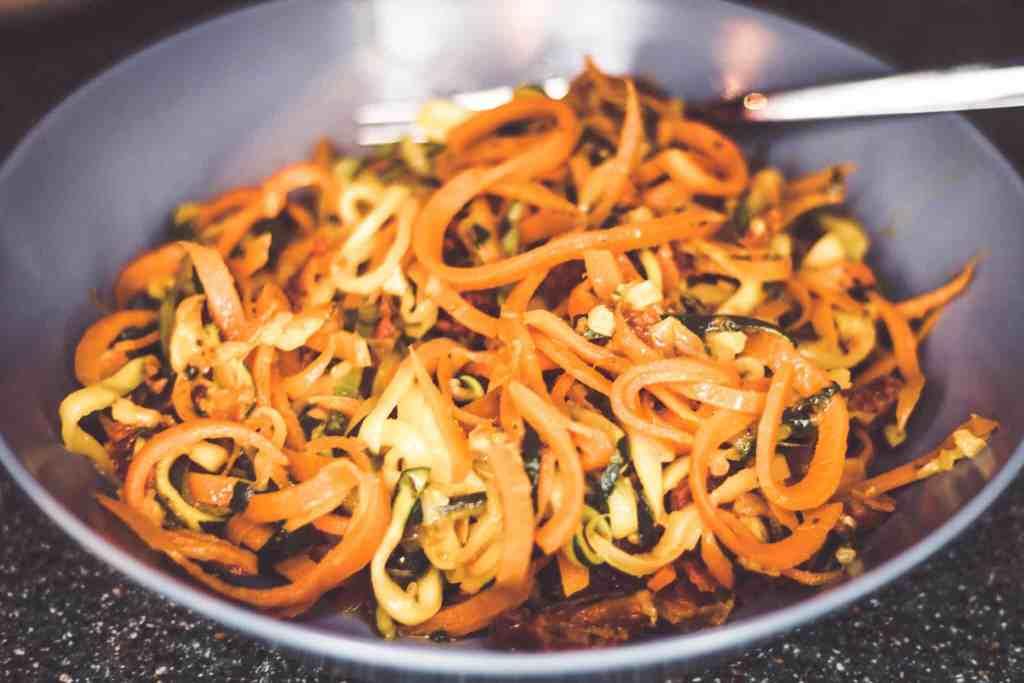 Gemüsenudeln mit selbst gemachter Pesto - Low Carb Rezept mit Noan Olivenöl.