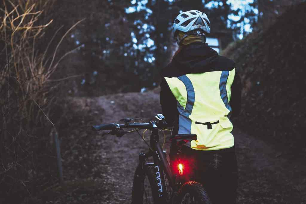 Mehr Sicherheit im Dunkeln beim Radfahren mit der richtigen Beleuchtung und Ausrüstung.