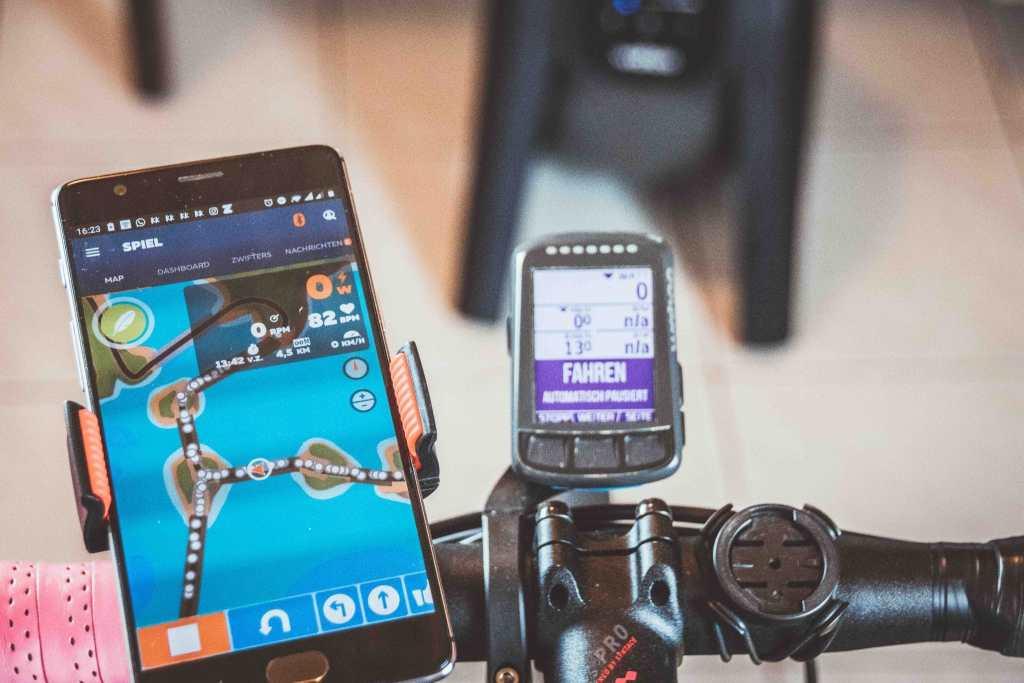 Indoor Fahrradtraining im Winter auf der smarten Rolle.