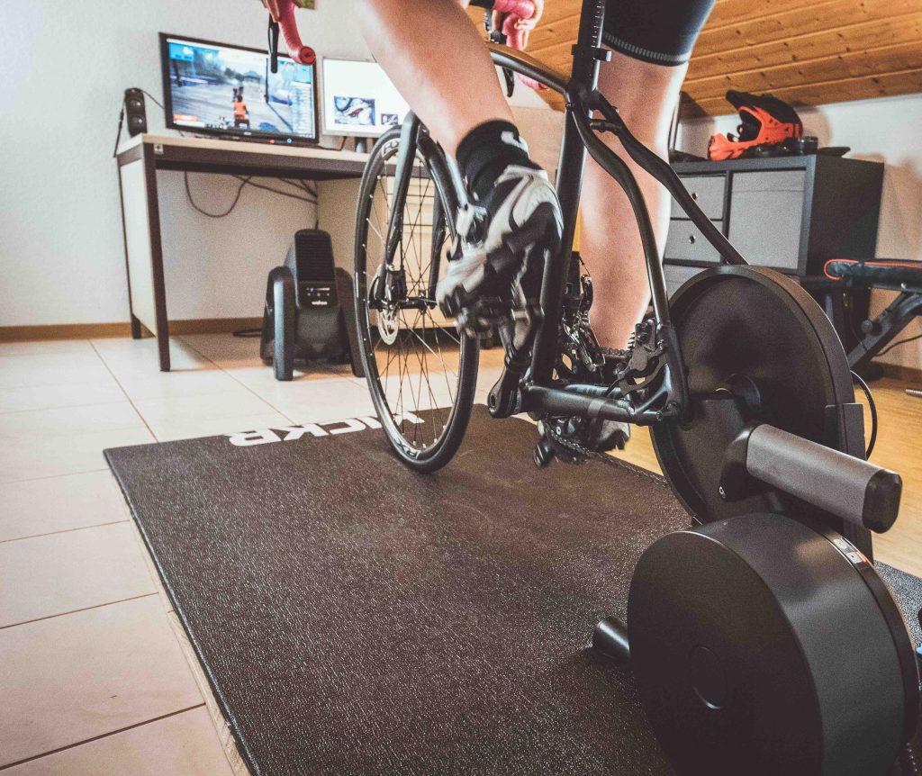Radfahren auf der Rolle wird wichtig während der Corona Krise. #stayathome auch als Radfahrer.