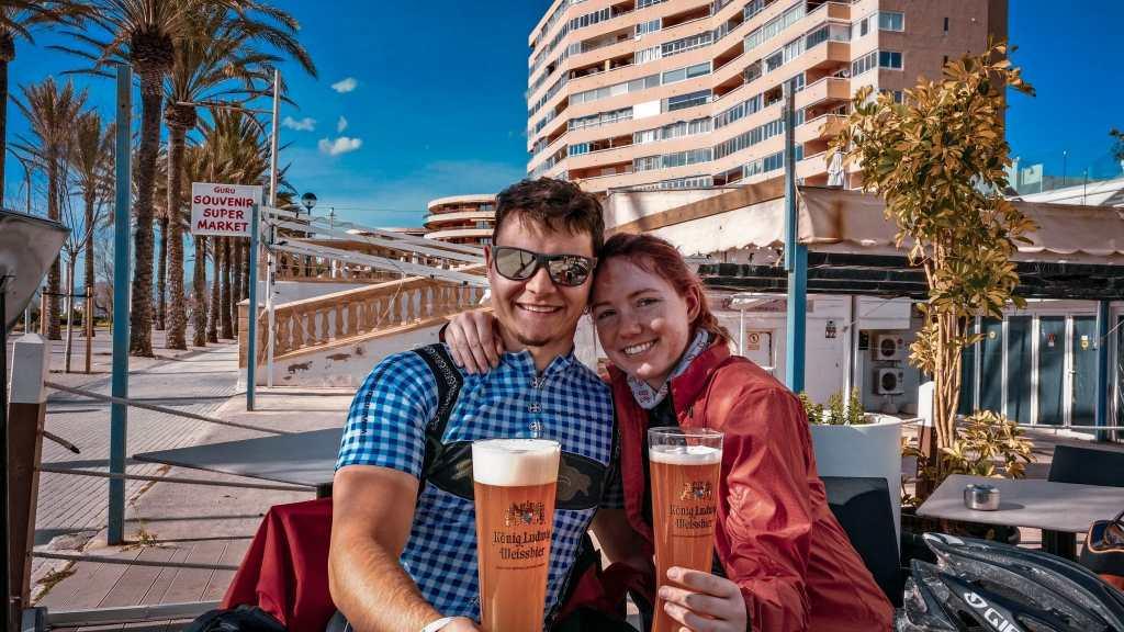 Bierpause nach einer langen Radfahrt auf Mallorca