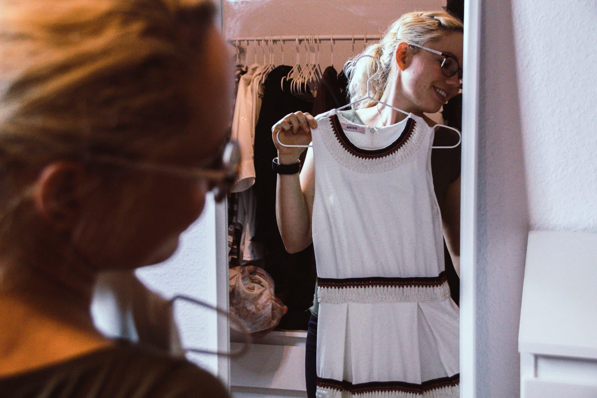 Kleidung aussortieren und ausmisten und online verkaufen auf verschiedenen Plattformen. Tipps und Tricks + Erfahrungen.