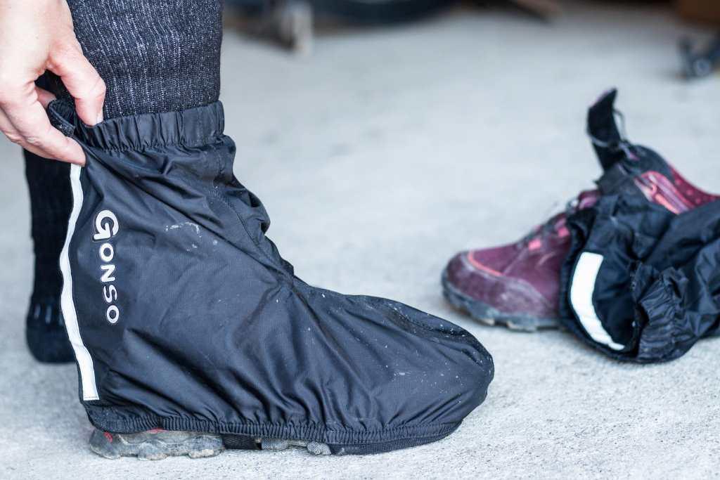 Mit Überschuhen beim Radfahren Nasse Füße verhindern und damit Blasen verhindern.