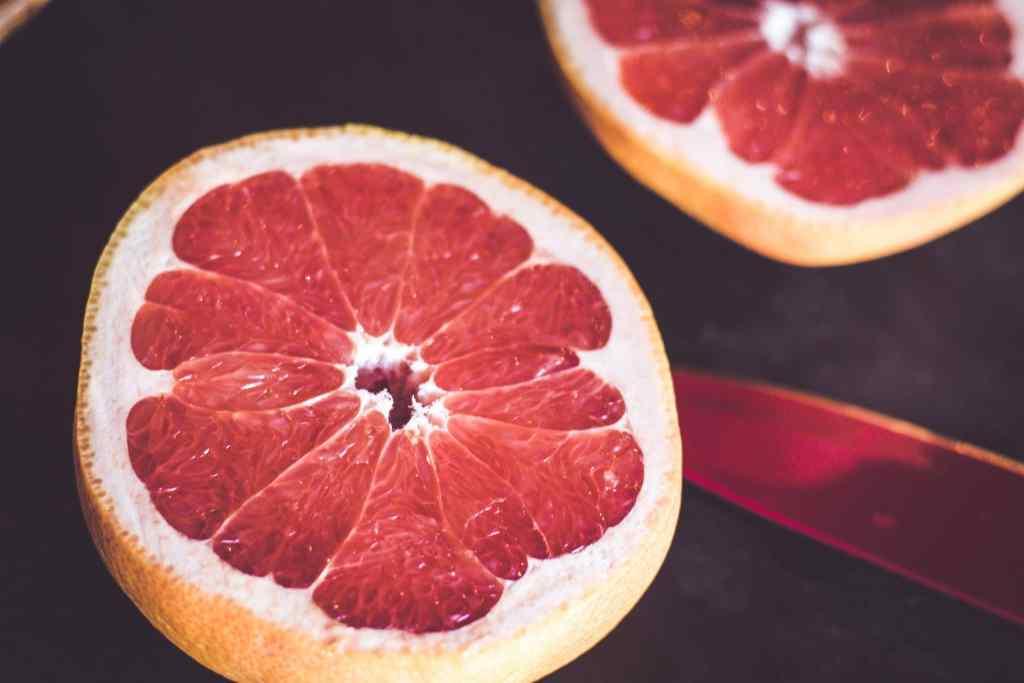 Grapefruit unterstützt beim Abnehmen mit Obst.