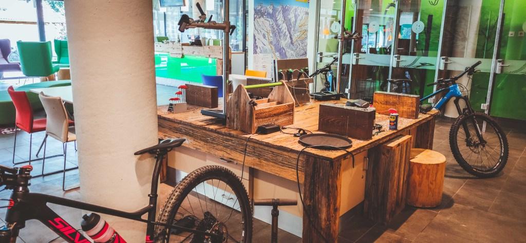 Explorer Hotel - Bikestation mit Werkzeug und Luftpumpe