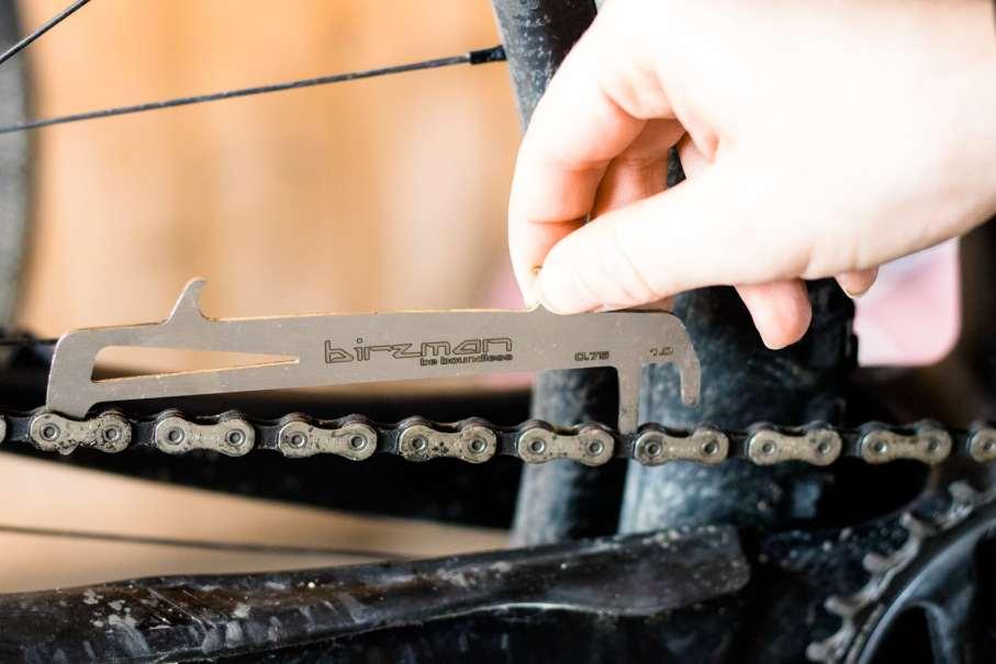 Kettenverschleiß messen mit Kettenmesslehre am Mountainbike beim Frühjahrscheck oder Wartung