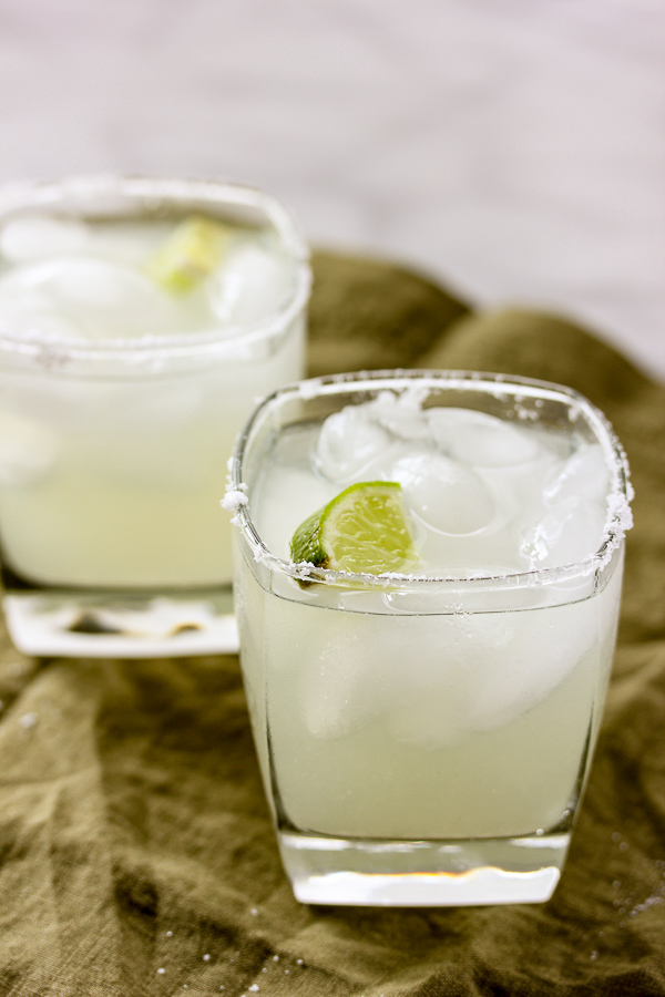 With just 3 ingredients, a perfectly tart, refreshing flavor and just a hint of sweetness, this is the perfect skinny margarita. | lisasdinnertimedish.com