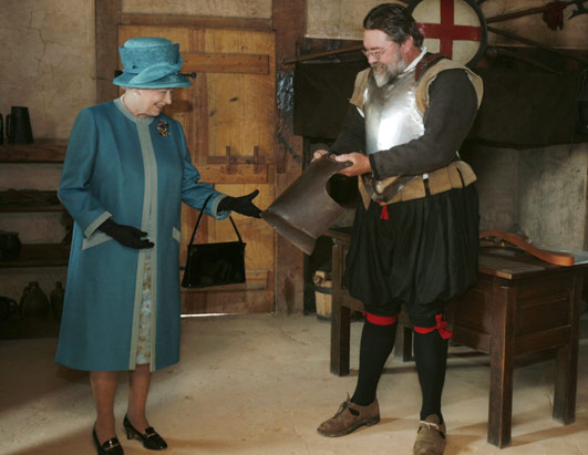 Queen Elizabeth in Jamestown (5/4/2007) with handbag