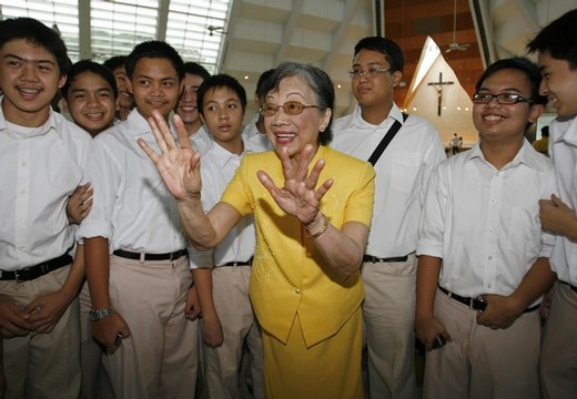 "Former Philippine President Corazon Aquino, who is suffering from colon cancer, have her picture taken with students before a mass and tribute to herself and her late husband Benigno ""Ninoy"" Aquino Jr. in Quezon City, Metro Manila, August 17, 2008"