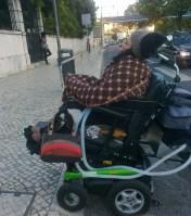 Foto de Raquel Rodrigues a subir um troço de passeio rebaixado.
