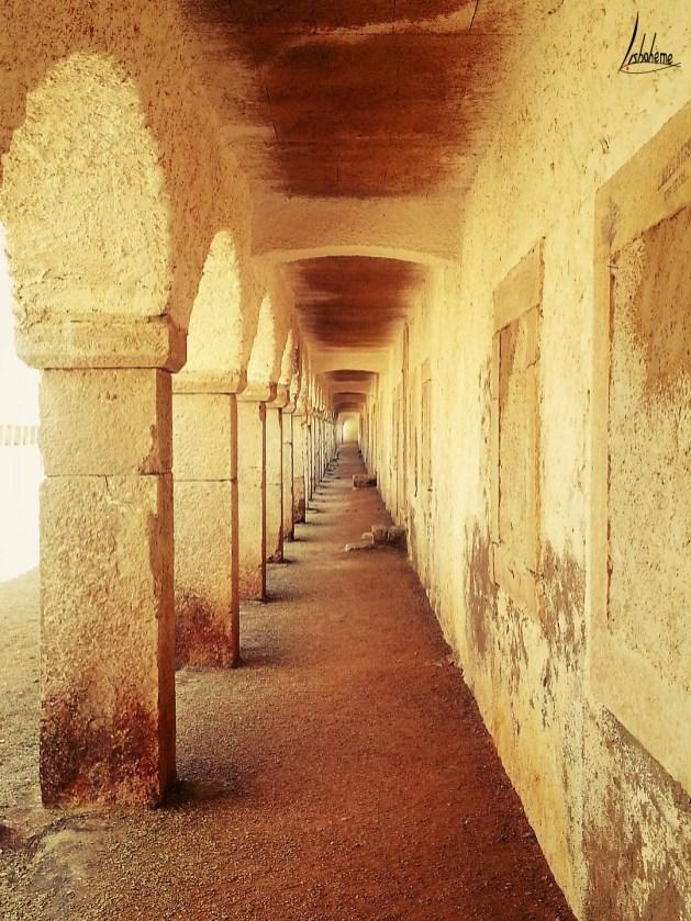 Sous les arcades de l'hôtellerie