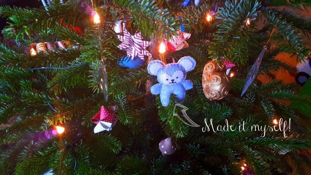 boernevenligt-juletrae-og-et-opgoer-med-den-gamle-julepynt