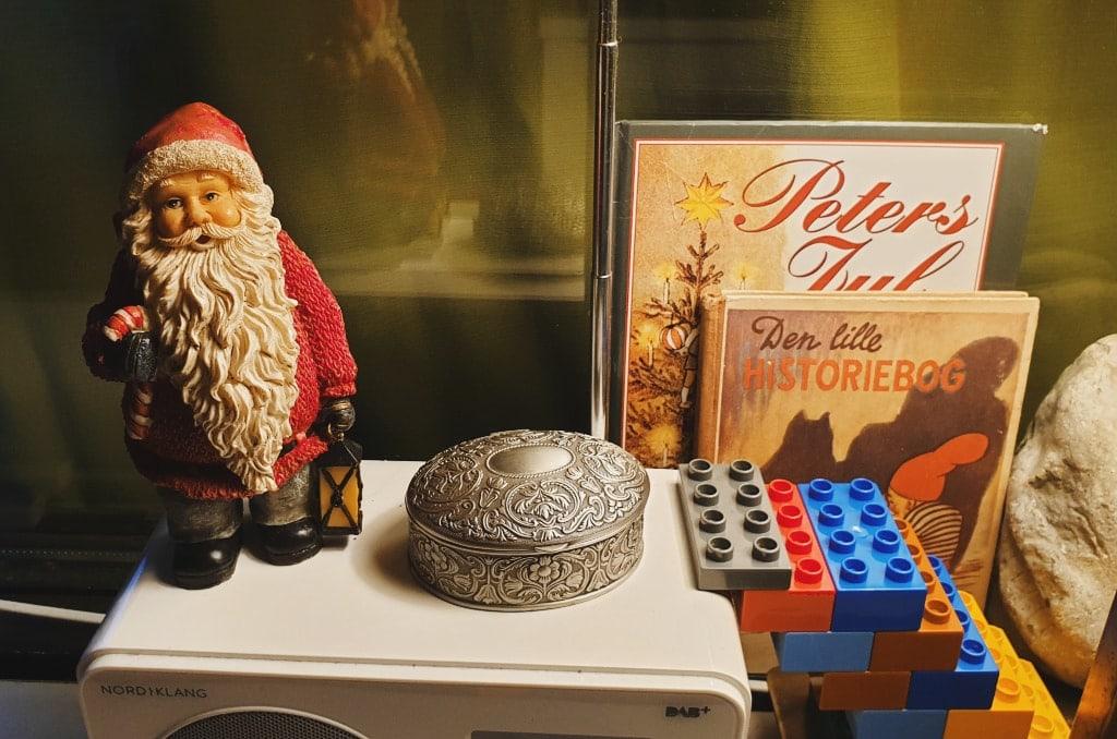 nisseleg minimalistisk nisse på radio og julebøger