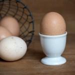 Het ei is de menstruatie van de kip. Eetsmakelijk!