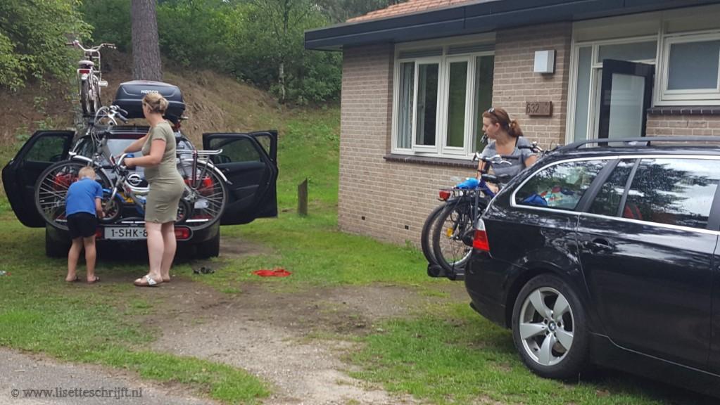 fietsen op de auto zetten en op het dak is moeilijk als single mom Lisette Schrijft