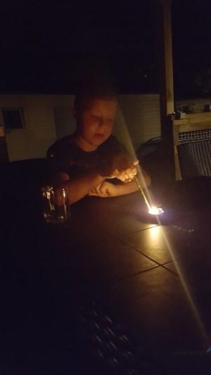 kaarsjes branden op de camping tegen de muggen Lisette Schrijft