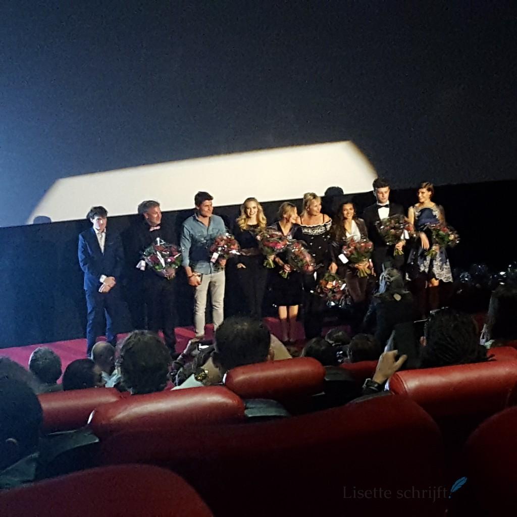 de cast van pestkop wordt bedankt bij de première