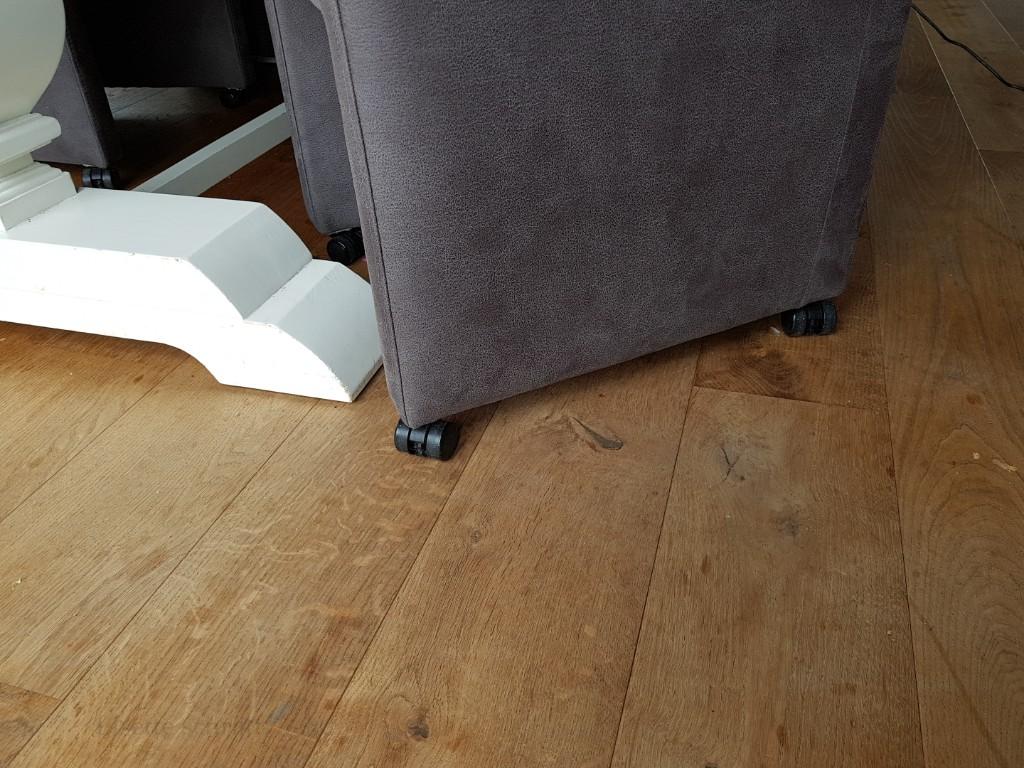 eetkamerstoelen met wielen zorgen dat de vloer niet slijt Lisette Schrijft