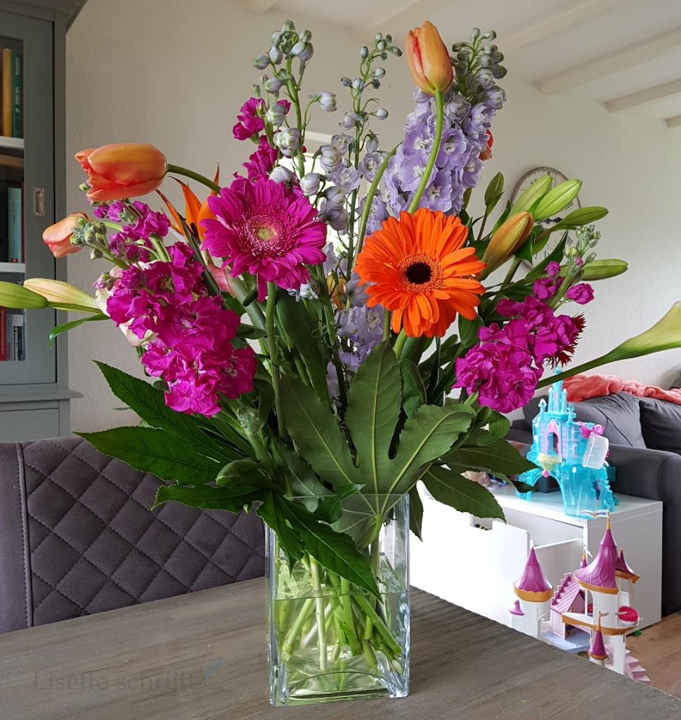 bloemen gekregen van de stagiaire Lisette Schrijft