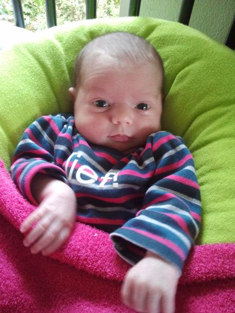 baby 13 dagen oud kijkt helder