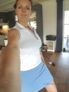 vrouw in tenniskleding klaar voor eerste tennisles Lisette Schrijft