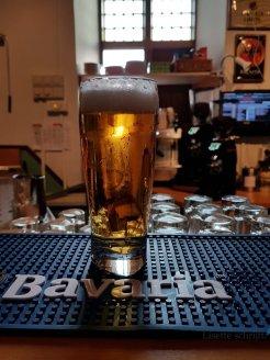 een biertje drinken in de bar van stayokay lisette schrijft