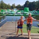 Twee kinderen bij het Aqua-Park van Center Parcs de Kempervennen