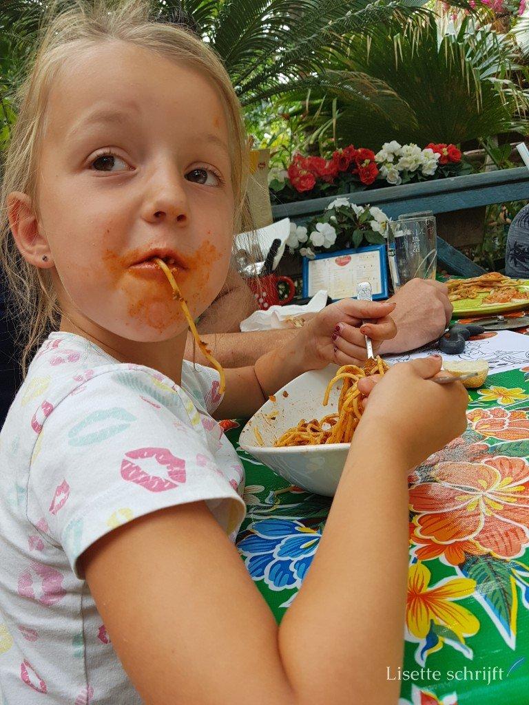 Meisje eet spaghetti bolognese Lisette Schrijft