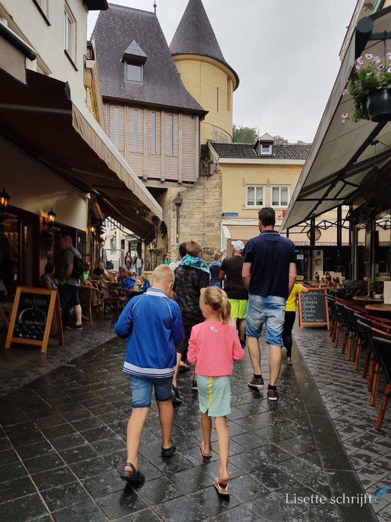 Gezin loopt door Valkenburg in Zuid-Limburg