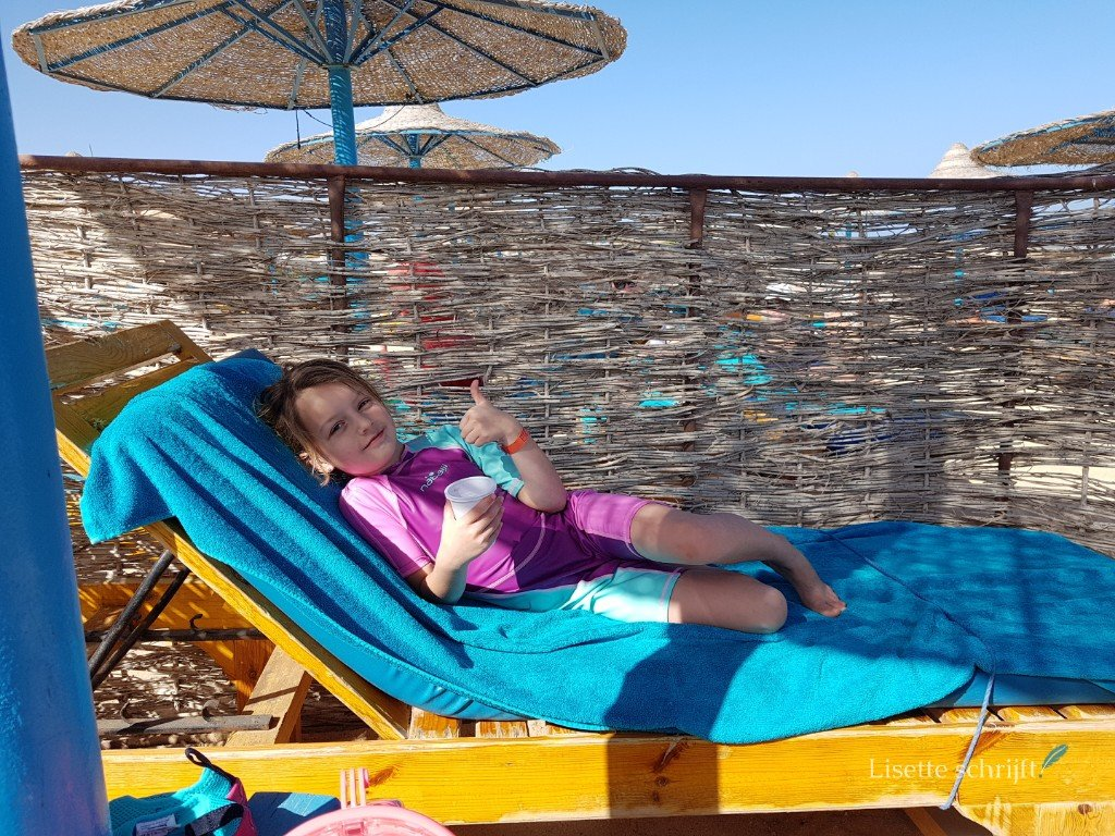 een strandbedje bij hotel akassia swiss resort