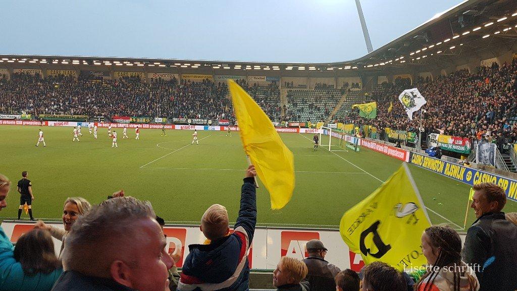 fans in het voetbalstadion van ADO den Haag