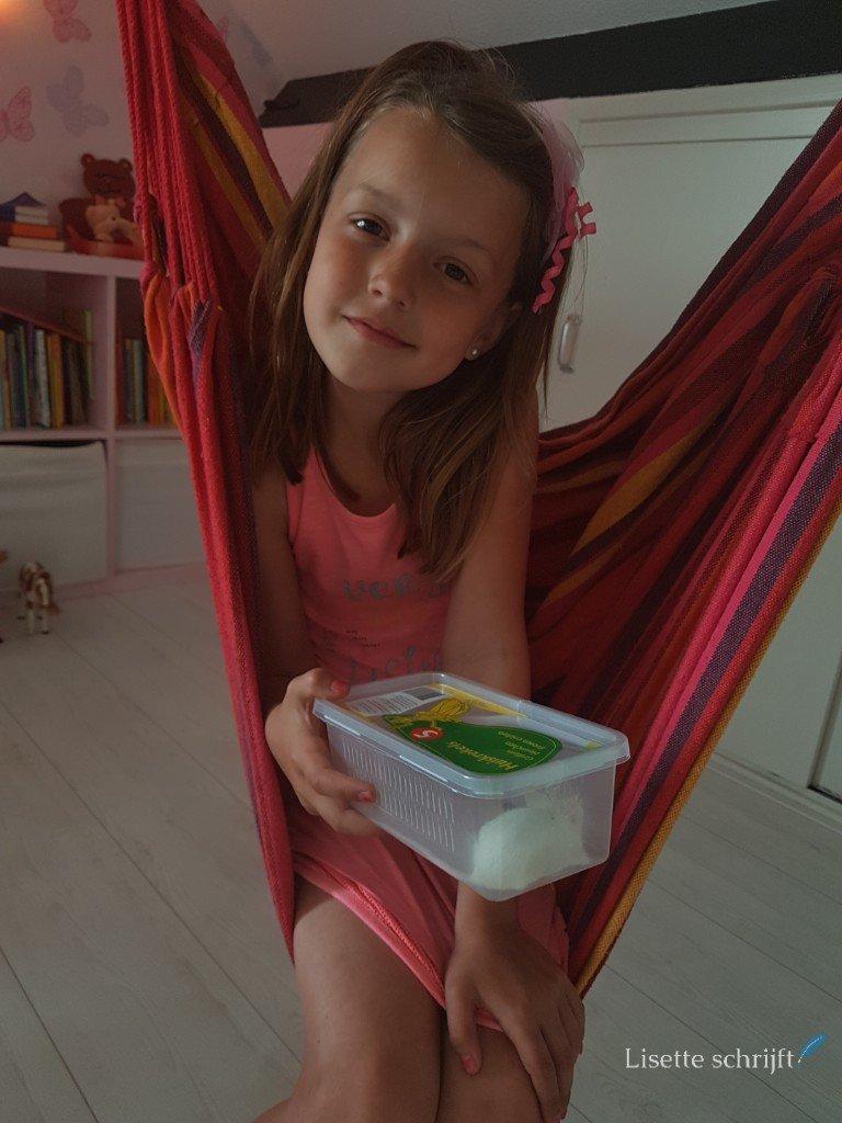 meisje met een huis in een doosje