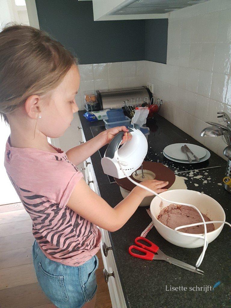 dochter staat te mixen in de keuken