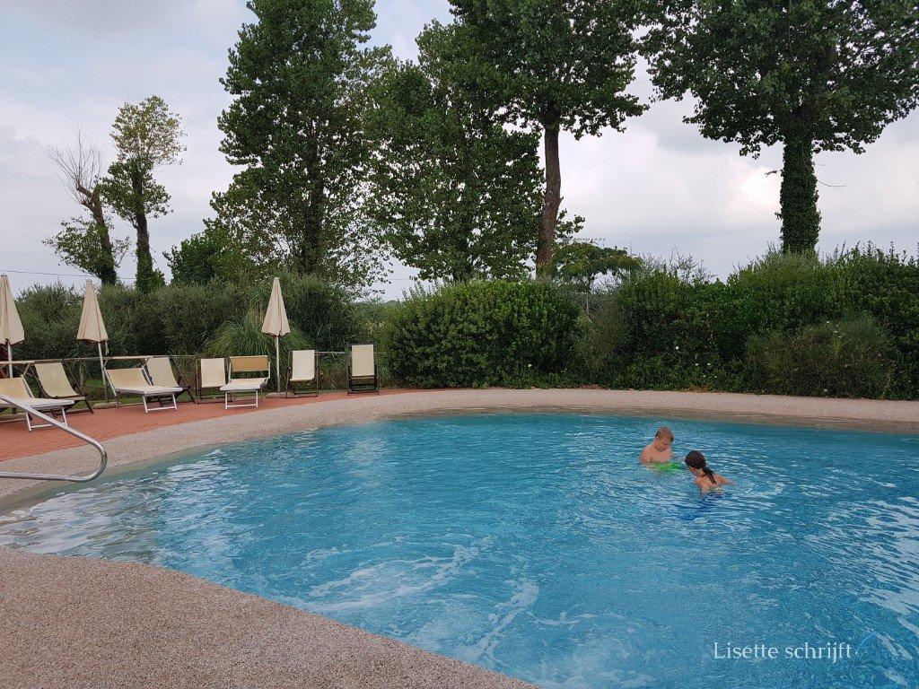 Twee kinderen in het zwembad