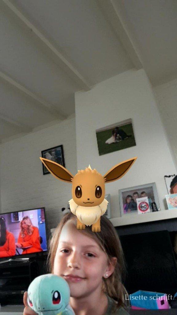 kind met eevee op gaar hoofd Pokémon Go