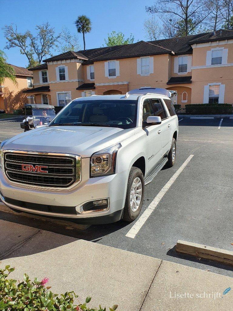 De auto voor de deur parkeren in Regal Oaks Resort