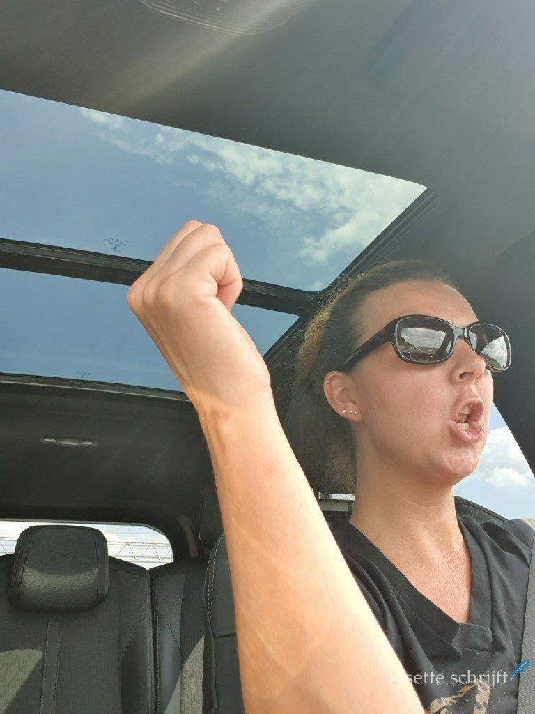 moeder in de auto aan het zingen