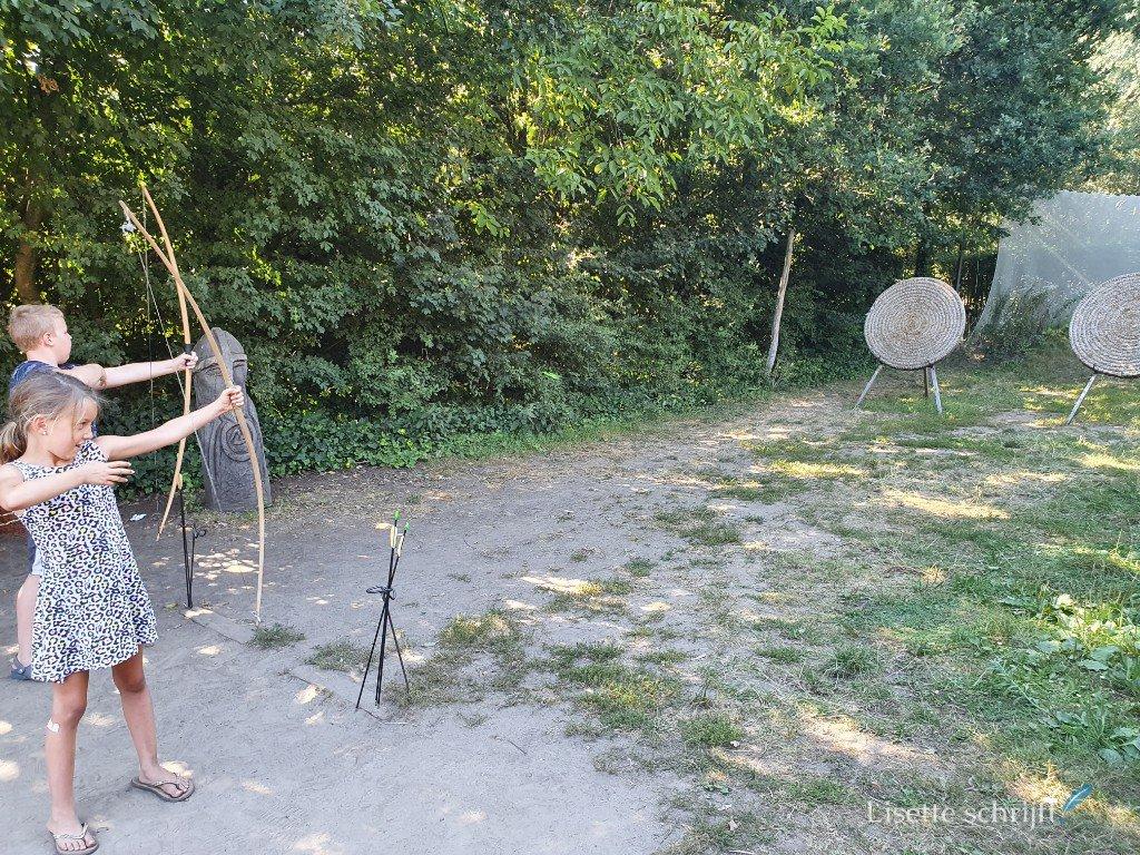 Boogschieten in het prehistorisch dorp